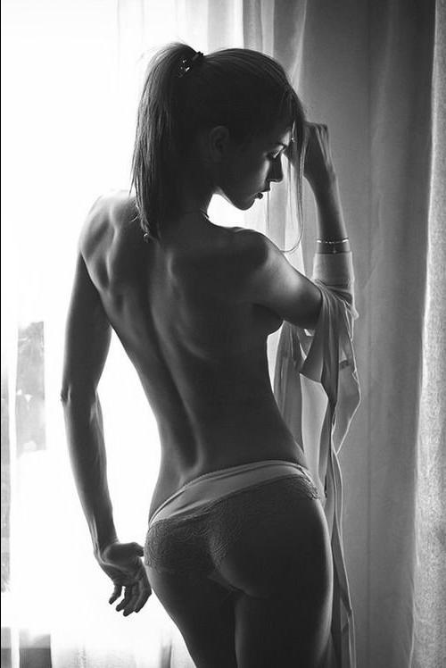 голые девушки в черном белом