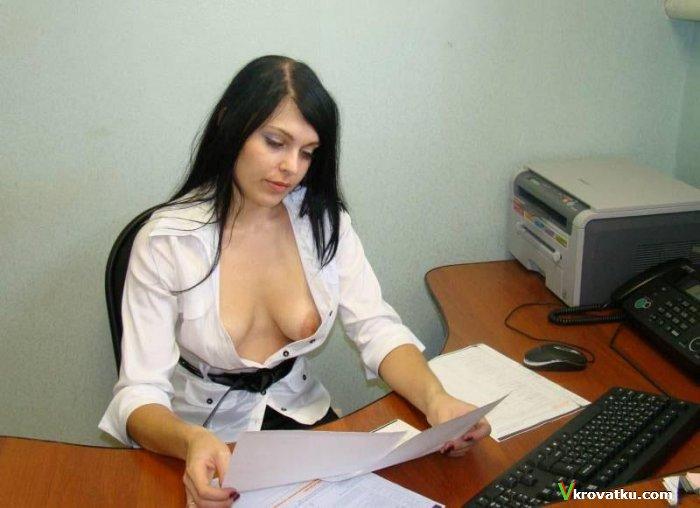 golie-zhenshini-v-ofise