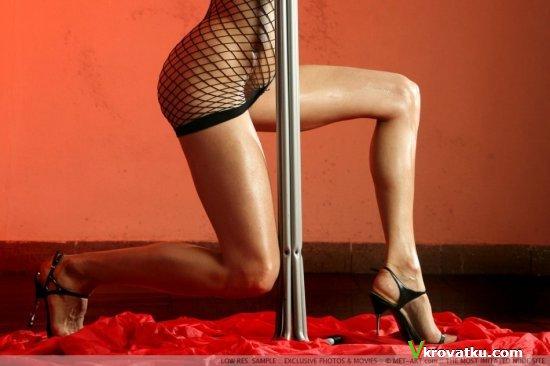 Сексуальная стриптизёрша на фото эротике