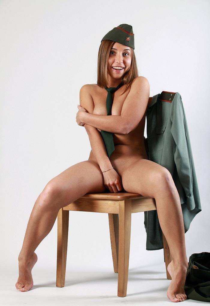 Фото солдат с голой девушкой